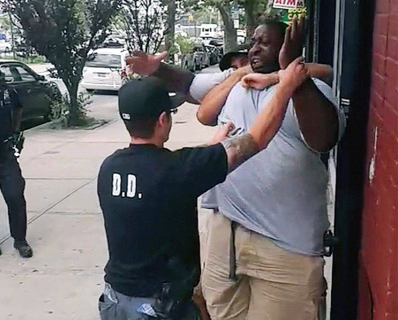 "Daniel Pantaleo incident ""data-caption ="" Police officers trying to arrest Eric Garner, where officer Daniel Pantaleo kept his arm around Garner's neck, leaving Garner unconscious, which resulted in his death. ""Data-source ="" @ thesource.com"