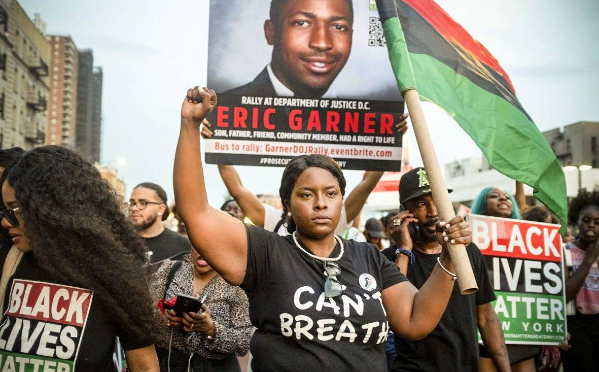 "Daniel Pantaleo's accusation ""data-caption ="" People protesting justice for Eric Garner ""data-source ="" @ vox.com"