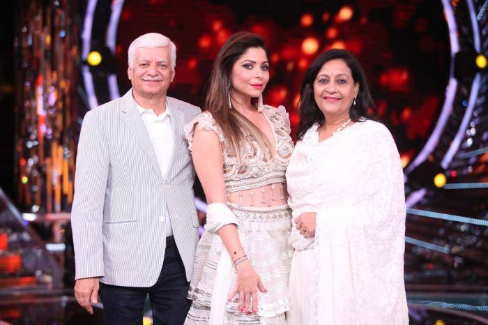 Kanika Kapoor Lifestyle, Wiki, Net Worth, Income, Salary, House, Cars, Favorites, Affairs, Awards, Family, Facts & Biography - 1567590265 922 Kanika Kapoor Lifestyle Wiki Net Worth Income Salary House Cars