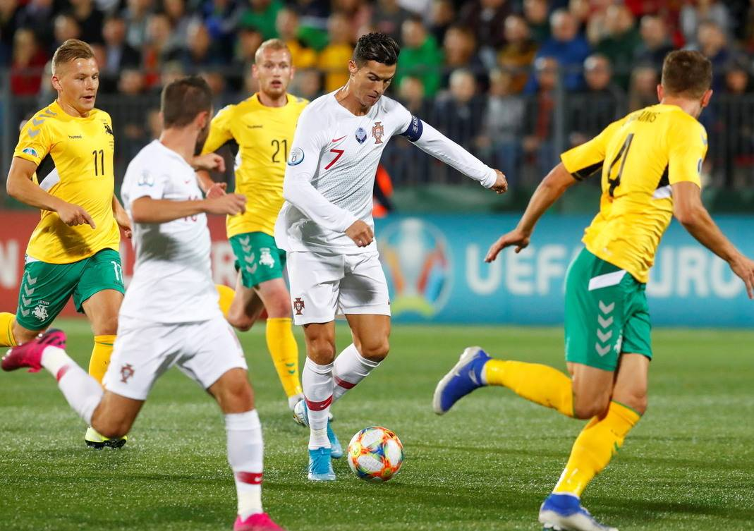 "Cristiano Ronaldo Portugal vs Lithuania ""data-caption ="" Cristiano Ronaldo in action versus Lithuania. ""Data-source ="" @ dhakatribune.com"