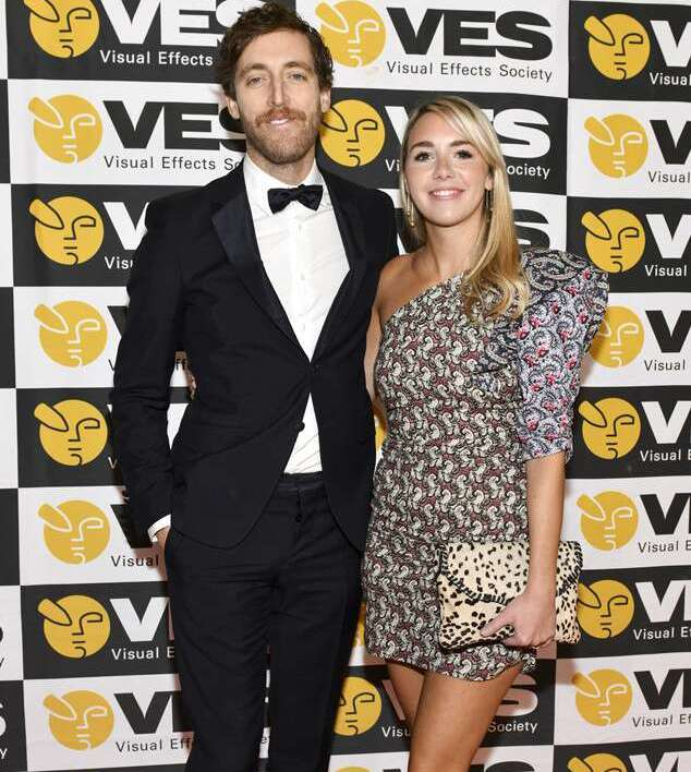 "Mollie Gates news ""data-caption ="" Thomas Middleditch and his wife Mollie Gates. ""Data-source ="" @ eonline.com"