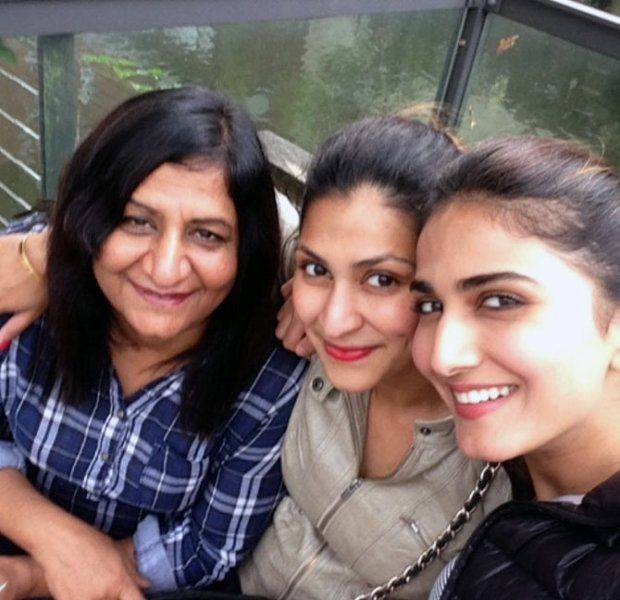 Vaani Kapoor with his mother and sister