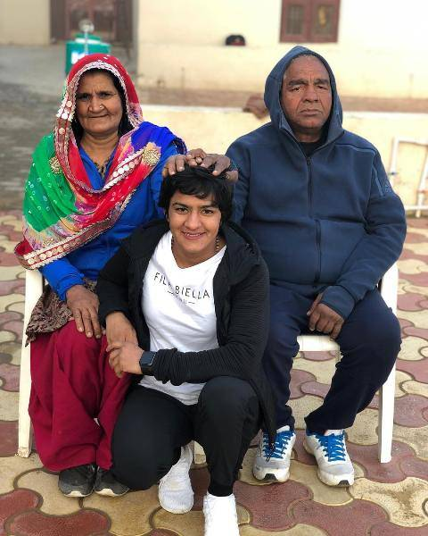 Ritu Phogat with his parents
