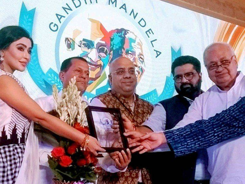 Achyuta Samanta receiving the Gandhi Mandela Award
