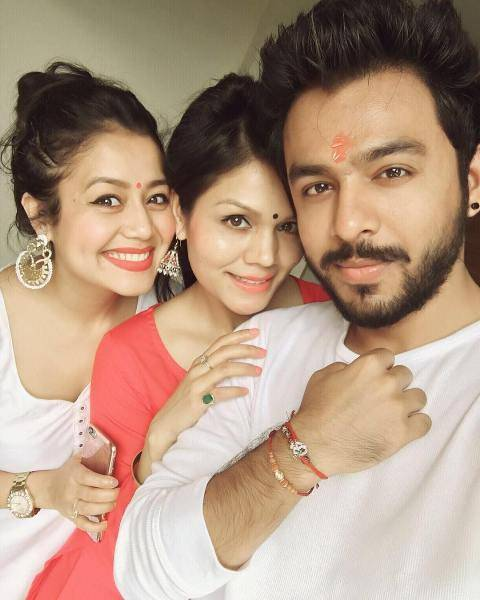 Sonu Kakkar with his brothers and sisters